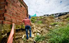Un hombre recorre el patio de su vivienda en el barrio Villa Rosario.