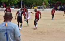 Dos equipos disputan uno de los campeonatos de fútbol que se llevan a cabo todos los domingos en la cancha de tierra de La Magdalena.