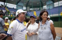 El alcalde (e) Pedrito Pereira con Gloria de Bermúdez en el nuevo estadio de sóftbol Argemiro Bermúdez