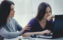 Los expertos recomiendan hablar sobre la situación con personas allegadas.