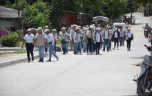 Encuestadores del Sisbén caminan por un barrio del sur de la ciudad.