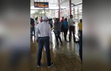 Suspenden ruta de Transmetro tras enfrentamientos y vandalismo bajo la lluvia