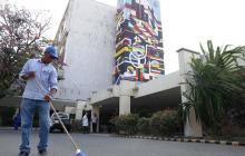Un hombre realiza labores de limpieza en las afueras de la sede de alta complejidad del Cari.