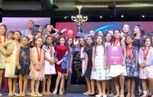 El grupo de bailarinas junto al trofeo 'Grand Coryban', que ganaron por sacar el mayor puntaje en la competencia.