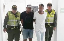 Momentos en los que dos agentes conducían a los detenidos hacia la estación.