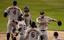Los Astros de Houston celebran su victoria por 4-1 contra los Nacionales de Washington en el juego tres de la Serie Mundial en el Parque Nacional en Washington.