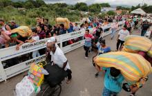 Venezolanos mientras cruzan la frontera con Colombia.