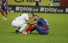 Un jugador del Caldas consuela a Ricardo Márquez.