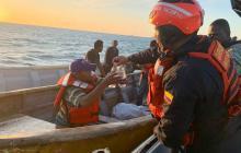 Autoridades durante el rescate de las personas en alta mar.
