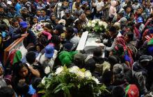 Indígenas asisten al funeral de los cinco guardias indígenas asesinados Tacueyo, área rural de Toribio, departamento de Cauca.