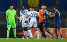Mario Balotelli muestra su enfado e intenta salir de la cancha, mientras sus compañeros y rivales tratan de evitarlo.