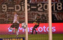 El atacante barranquillero Rafel Santos Borré corre a celebrar el gol que selló la victoria de River Plate.