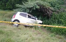 Tras colisionar con el bus, el vehículo particular se salió de la vía y chocó contra un matorral.