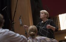 Una mujer lleva la batuta en la orquesta sinfónica de Viena en su 50 aniversario