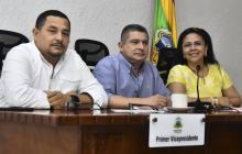 Los concejales José Trocha y Juan José Vergara, junto a la secretaria de Hacienda del Distrito, Emelith Barraza.