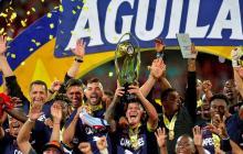 Jugadores del Medellín levantan la copa.