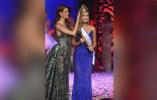 María Feranada Aristizábal mientras era coronada como la nueva Señorita Colombia por Gabriela Tafur, exreina que ostentaba dicho título.