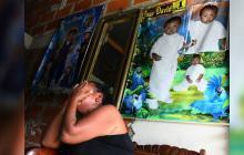 Martha Higirio llora en la sala de su casa por la pérdida de su nieto.