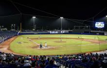 El center field tiene 400 pies de distancia desde home.
