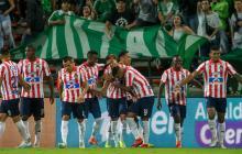 Los jugadores del Junior celebran emocionados el tanto de Víctor Cantillo, el segundo de los rojiblancos en el estadio Atanasio Girardot.