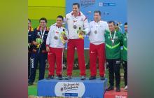 Kevin Donado, Vicente Vélez y Jaime Sánchez, integrantes del equipo de tiro deportivo del Atlántico, en el podio de los Juegos Nacionales Bolívar-2019.