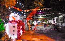 Aspecto de una cuadra de un barrio de Barranquilla con decoración navideña.