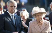 Príncipe Andrés de York junto a su madre, la reina Isabel II.
