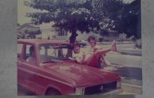 Dos integrantes de la familia Redondo posan sobre un vehículo Renault 6, durante la juventud que describieron como irrepetible.