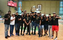 El cuerpo técnico y los jugadores de los Titanes celebrando en el Elías Chegwin.
