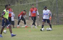 José María Pazo (de blanco) liderando el trabajo con los arqueros Viera, José Luis Chunga y Sergio Pabón.