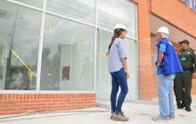 El alcalde de Soledad, Joao Herrera, durante un recorrido por la obra en compañía de la ingeniera residente, Nathaly Álvarez Cohen.