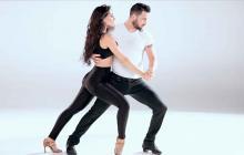 Una pareja baila bachata.