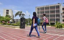 Dos estudiantes caminan por un pasillo en la sede norte de Uniatlántico.