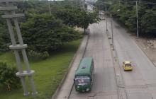 Un bus de Coolitoral transita por la Vía 40.