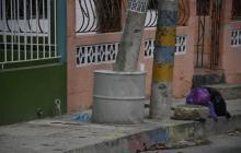 Vecinos instalaron un anillo de seguridad al rededor del poste con un 'tanque' de concreto.