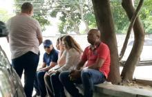 Momento de la reunión que sostuvo Álvaro González con los familiares de la joven a las afueras de Medicina Legal.