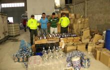 En video | Desmantelan fábrica de licor adulterado que era envasado en botellas de vinagre