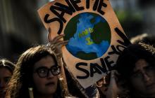 Los jóvenes tomaron las banderas para exigir acciones que frenen la crisis climática en el mundo.