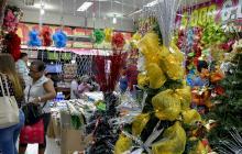 Compradores en un almacén de temporada ubicado en el Centro de Barranquilla especializado en todo tipo de productos navideños.