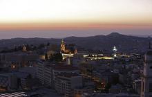 Una fotografía tomada el 24 de diciembre de 2019 muestra una vista de la bíblica ciudad de Belén de Cisjordania antes del amanecer en la víspera de Navidad.