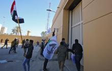 Manifestantes entran a la fuerza a la embajada de EEUU en Bagdad