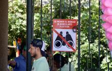 Señal ubicada en la puerta del zoológico que anuncia la medida de prohibición de los binoculares plásticos.