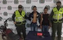 Policía captura a dos hombres señalados de robar a un ciudadano en La Victoria