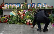 Hombre rinde homenaje a las víctimas del siniestro aéreo ocurrido el miércoles.