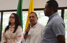 El nuevo contralor Víctor Beleño entre los diputados Karime Cotes y Yahír Acuña.