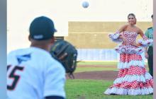 Reina del Carnaval lanza la pelota en la final del Béisbol Profesional Colombiano