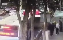 En video   Un enorme socavón se traga un autobús en China y causa al menos 9 muertos