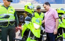 El alcalde Andrés Gómez con parte de las nuevas motos.