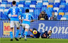 El colombiano David Ospina ataja en un penalti con la camiseta del Napoli.