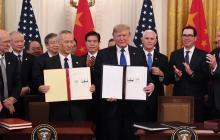 El vice premier de China Lui He y el presidente Donald Trump tras la firma.